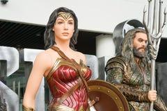 SAMUT PRAKAN, THAILAND - 21. November 2017 - Modell der Wunderfrau mit unscharfem Aquaman von der Film Gerechtigkeit League lizenzfreie stockbilder
