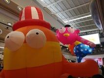 Samut sakhon, THAILAND - Januari 12, 2019: De dag van kinderen, Beeldverhaalballons in winkelcomplex stock fotografie