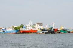 Samut Sakhon, Thailand: Lastfartyg Royaltyfri Bild