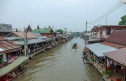 Samut Songkhram/Таиланд - 1-ое апреля 2018: Много людей как туристы идя, ходя по магазинам вокруг на рынке Amphawa плавая стоковая фотография rf