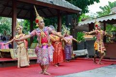 Samut Songkhram/Tailândia - 1º de abril de 2018: Atores do homem e das mulheres com várias cores da execução dos vestidos imagem de stock