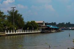 Samut Songkhram, Tailandia: 4 de febrero de 2017, Wat Bang Khae Noi Viaje de la gente en barco para adorar a Buda Fotos de archivo