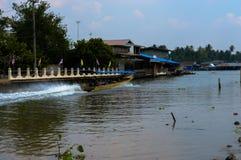 Samut Songkhram, Thailand: 4 februari, 2017, Wat Bang Khae Noi De mensen reizen door boot om Boedha te aanbidden Stock Foto's