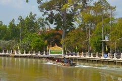 Samut Songkhram, Thailand: 4 februari, 2017, Wat Bang Khae Noi De mensen reizen door boot om Boedha te aanbidden Royalty-vrije Stock Afbeelding