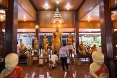 Samut Songkhram, Thailand - 11. Juni 2016: Leute im thailändischen Tempel Lizenzfreie Stockfotos