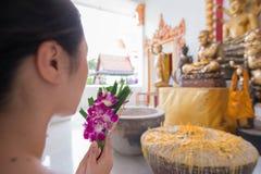 Samut Songkhram, Thailand - 11. Juni 2016: Leute im thailändischen Tempel Lizenzfreies Stockfoto