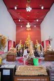 Samut Songkhram, Thailand - 11. Juni 2016: Leute im thailändischen Tempel Lizenzfreie Stockbilder