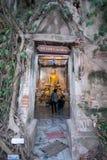 Samut Songkhram, Thailand - 11. Juni 2016: Leute im thailändischen Tempel Dezember 2012: Ein intelligentes Auto, das weg von der  Stockfotos