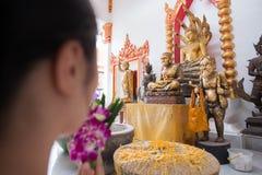 Samut Songkhram, Thailand - 11. Juni 2016: Leute im thailändischen Tempel Dezember 2012: Ein intelligentes Auto, das weg von der  Stockfoto