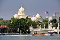 Samut Songkhram, Thailand: Longboat and Mansion Royalty Free Stock Image