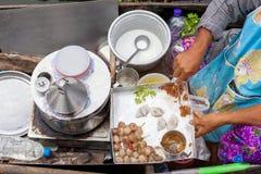 Samut songkram,泰国2017年11月11日:烹调泰国蒸的米皮肤饺子 免版税库存照片