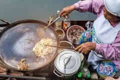 Samut songkram,泰国- 2017年11月11日:烹调食物油煎了蛤蜊-可口泰国食物在Tha Kha浮动市场上 免版税库存图片