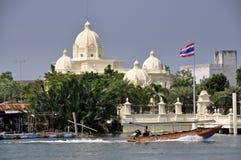 Samut Songkram, Tailandia: Longboat e palazzo Immagine Stock Libera da Diritti