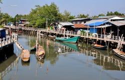 Samut Songkram, Tailandia: Paesino di pescatori & barche Fotografie Stock