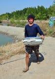 Samut Songkram, Tailandia: Pescador con la cesta Fotografía de archivo
