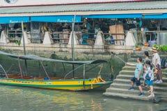 SAMUT SONGKRAM TAJLANDIA, KWIECIEŃ - 21: Niezidentyfikowani turyści jedzą f Fotografia Royalty Free