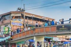 SAMUT SONGKRAM TAJLANDIA, KWIECIEŃ - 21: Niezidentyfikowani turyści jedzą f Zdjęcia Royalty Free