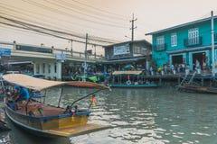 SAMUT SONGKRAM TAJLANDIA, KWIECIEŃ - 21: Niezidentyfikowani turyści jedzą f Obraz Stock