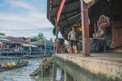 SAMUT SONGKRAM TAJLANDIA, KWIECIEŃ - 21: Niezidentyfikowani turyści jedzą f Fotografia Stock