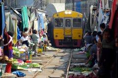 Samut Songkram, Thaïlande : Marché ferroviaire photos libres de droits