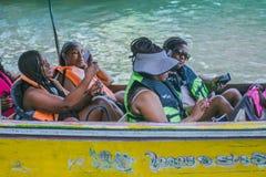 SAMUT SONGKRAM THAILAND - 21 APRIL: Niet geïdentificeerde vrouwelijke toerist royalty-vrije stock afbeelding