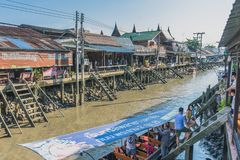 SAMUT SONGKRAM THAILAND - APRIL 21 : Unidentified tourists eat f. Ood and boat trip around in Amphawa floating market in evening on april 21,2018 at Amphawa lake stock photography