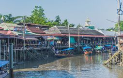 SAMUT SONGKRAM THAILAND - APRIL 21 : Unidentified tourists eat f. Ood and boat trip around in Amphawa floating market in evening on april 21,2018 at Amphawa lake royalty free stock image