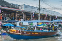 SAMUT SONGKRAM THAILAND - APRIL 21 : Unidentified tourists eat f. Ood and boat trip around in Amphawa floating market in evening on april 21,2018 at Amphawa lake stock photos