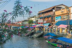SAMUT SONGKRAM THAILAND - APRIL 21 : Unidentified tourists eat f. Ood and boat trip around in Amphawa floating market in evening on april 21,2018 at Amphawa lake royalty free stock images