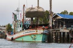 SAMUTHSAKORN THAILAND - FEBRUARI 14: de Thaise stijl van de visserijboot binnen Stock Foto's