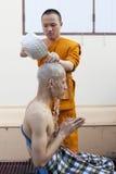 SAMUTPRAKAN 23 THAILAND-MAART: De Thaise monnik neemt een bad aan een mens die stock foto