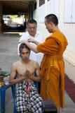 SAMUTPRAKAN THAILAND-MARCH 23: Thailändsk munk som rakar hår av en manwh royaltyfria bilder