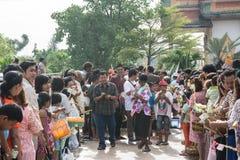 Samutprakarn,泰国- 10月09 :人们演奏音乐和泰国传统舞蹈佛教被借的天的结尾的 2014 10月09日i 免版税库存图片