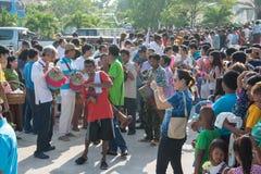 Samutprakarn,泰国- 10月28 :人们演奏音乐和泰国传统舞蹈佛教被借的天的结尾的 2015 10月28日i 免版税库存图片