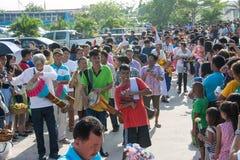 Samutprakarn,泰国- 10月28 :人们演奏音乐和泰国传统舞蹈佛教被借的天的结尾的 2015 10月28日i 库存照片