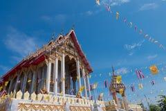 Samutprakarn,泰国- 7月19 :泰国佛教徒装饰有泰国旗子和黄色佛教标志旗子的寺庙对庆祝 免版税库存图片