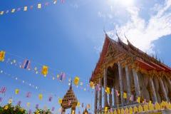 Samutprakarn,泰国- 7月19 :泰国佛教徒装饰有泰国旗子和黄色佛教标志旗子的寺庙对庆祝 免版税图库摄影