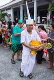 SAMUTPRAKARN,泰国- 10月09 :老人穿戴象deva加入在佛教被借的天的结尾的和尚 10月09日, 20 免版税库存照片