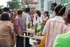 Samutprakarn,泰国- 10月09 :给和尚提供从佛教被借的天的结尾的人的食物 10月09日, 免版税库存照片