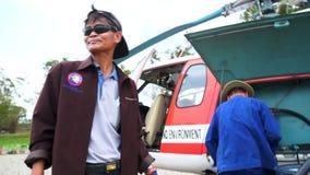 Samutprakarn, - Таиланд 17-ое марта: Пожарные туша огонь на обширном районе Bangpu Samutprakarn отброса места захоронения отходов сток-видео