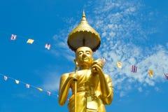 Samutprakarn, Tailândia - 19 de julho; O budista tailandês decora o templo e a estátua com bandeira de Tailândia e a bandeira ama Imagem de Stock Royalty Free