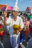SAMUTPRAKARN, TAILANDIA - 28 DE OCTUBRE: los viejos hombres se visten como un deva se unen a en los monjes budistas para el extre Fotografía de archivo