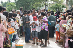 Samutprakarn TAJLANDIA, OCT, - 09: ludzie bawić się muzycznego i Tajlandzkiego tradycyjnego tana dla końcówki buddysta Pożyczając Obrazy Stock