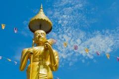 Samutprakarn Thailand - Juli 19; Den thailändska buddisten dekorerar templet och statyn med den Thailand flaggan och flaggan för  royaltyfri bild