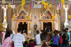 Samutprakarn Thailand - Juli 19: Thailändska buddister ber, donerar offerings till tempel och lyssnar till predikaner på buddhism royaltyfri fotografi