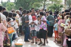 Samutprakarn, THAILAND - OCT 09: de mensen spelen muziek en Thaise traditionele dans voor Eind van Boeddhistisch Lent Day op 09 O stock afbeeldingen