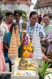 Samutprakarn THAILAND - OKTOBER 09: Buddistiska munkar ges mat som erbjuder från folk för slut av buddisten Lent Day på Oktober 0 Arkivfoton
