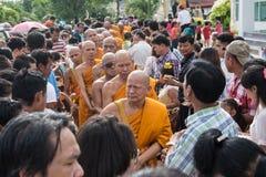 Samutprakarn THAILAND - OKTOBER 09: Buddistiska munkar ges mat som erbjuder från folk för slut av buddisten Lent Day på Oktober 0 Arkivbilder