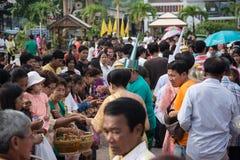 Samutprakarn THAILAND - OKTOBER 09: Buddistiska munkar ges mat som erbjuder från folk för slut av buddisten Lent Day på Oktober 0 Fotografering för Bildbyråer