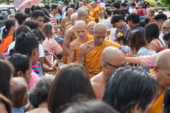 Samutprakarn THAILAND - OKTOBER 09: Buddistiska munkar ges mat som erbjuder från folk för slut av buddisten Lent Day på Oktober 0 Arkivbild
